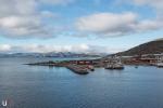 Der Hafen von Hammerfest mit der Melkoya im Hintergrund.