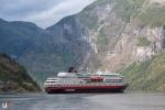 MS Finnmarken im Geirangerfjord.